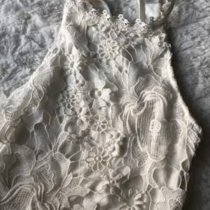 Tröja med spets på framsidan och mjukt vanligt t shirt material på baksidan. Sitter jättefint, använd en gång
