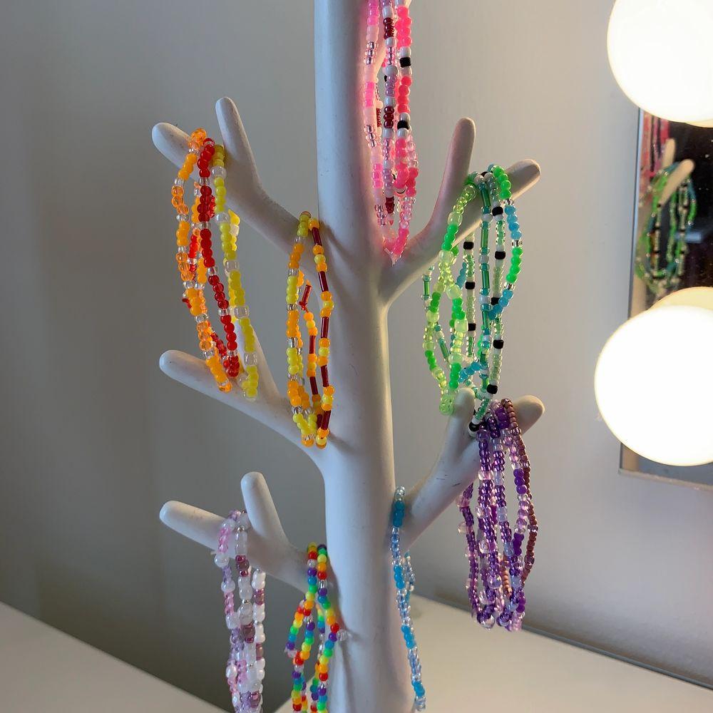Säljer hemgjord armband i olika färger! Skriv bara vilka färger du vill ha och längden runt din handled:) frakten kostar 11kr. 15kr st. Accessoarer.