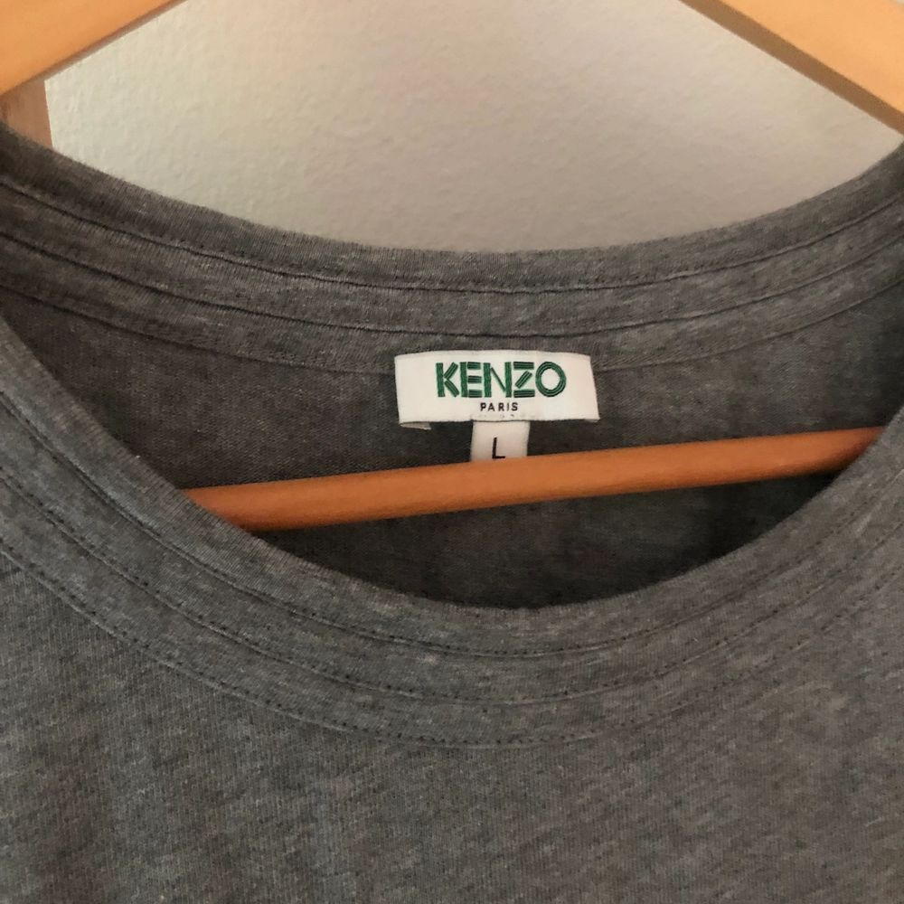 Säljer min kenzo klänning som nästan aldrig kommit till andvändning💜köpt på NK så den är äkta. Den är storlek L men passar en M. Klänningar.