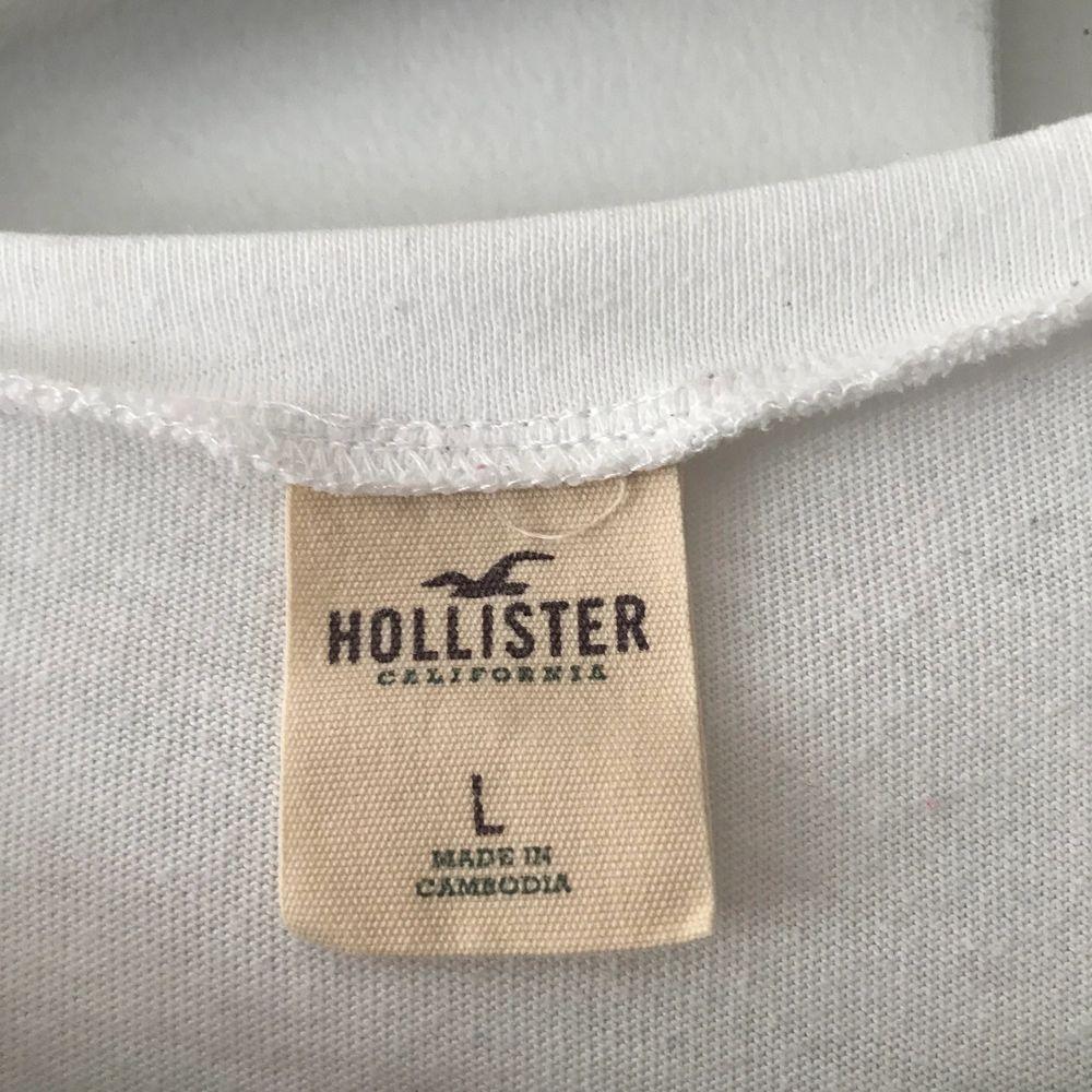 Hollister T-shirt, köpt i butiken Hollister!                                   Knappt använd & fint skick. T-shirts.