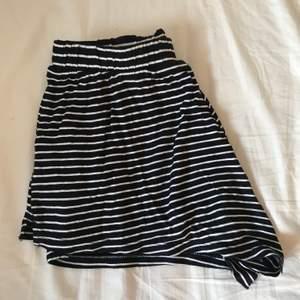 Ett par väldigt korta o små randiga shorts från h&m