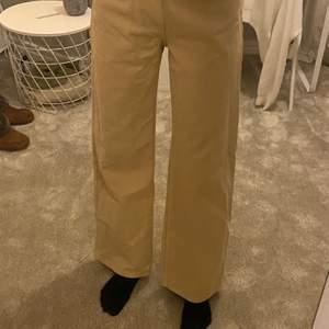 Safari beige jeans ifrån monki i modellen Yoko. Använd 1 gång som nya! Storlek 27
