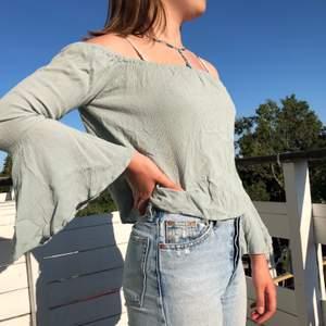 Snygg och luftig off-shoulder topp! Blå/grön/grå färg
