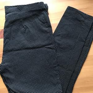 Vit/marinblå mönstrade kostymbyxor från Primark. Köptes förra året och säljs pga för små, endast använda ett fåtal gånger. Säljes för 80 kr + frakt.