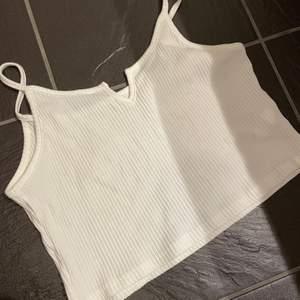 Linne som jag inte vet vart den är ifrån. Fint med en liten slits på mitten av bröstet. Storlek S skulle jag säga.✨