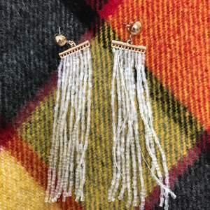 Örhängen i guld med transparenta pärlor (Inte äkta guld) aldrig använda.