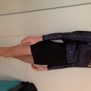 säljer en superfin klänning som jag använde på nyår för ett par år sen. Den har blivit för liten men jag har dragit mig ifrån att sälja den pga att den är så fin. Skulle säga att den är ganska liten i storleken men stretchig så skulle säga att den passar både xs och s. Köparen betalar frakt