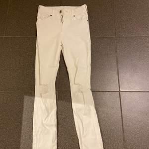 Svinsnygga tighta vita jeans med hål i från dr denim. Passar både till vardags men går också lätt att styla upp. Aldrig använda, endast testade. Storlek xs men är väldigt långa i benen och passar på mig som är 170. Nypris är 500 . (Köparen står för frakten)