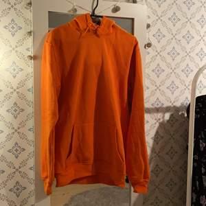 Orange Hoodie från Carlings, aldrig använd! Superskönt material. Strl S men något större