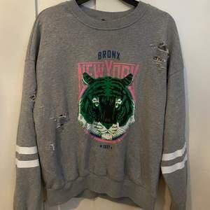 En grå sweatshirt från Gina trico i bra skick, storlek s, 50 kr + frakt