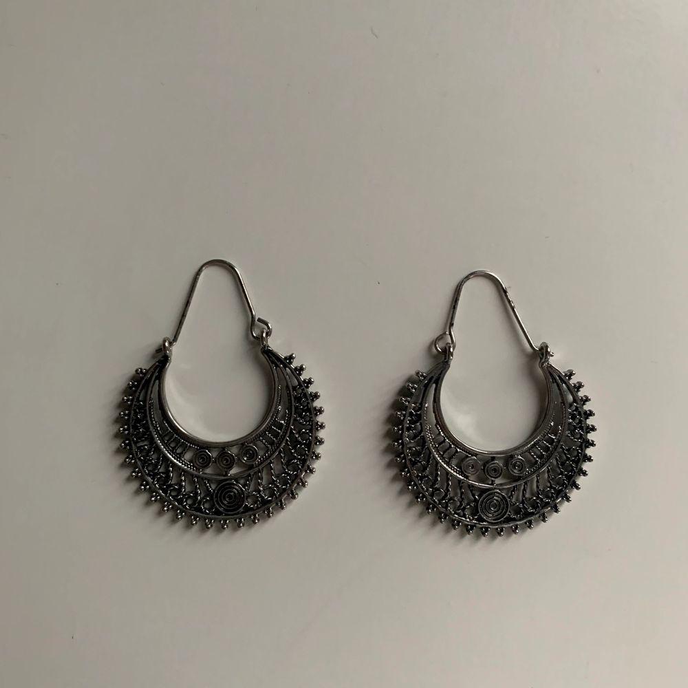 Ett par unika örhängen med små mönster i. Säljs av att dem inte används av ägaren och har endast vart andvända en gång. Orginal pris: 150kr. Priset nu: 30kr. Köparen betalar frakt💕💕💕. Accessoarer.