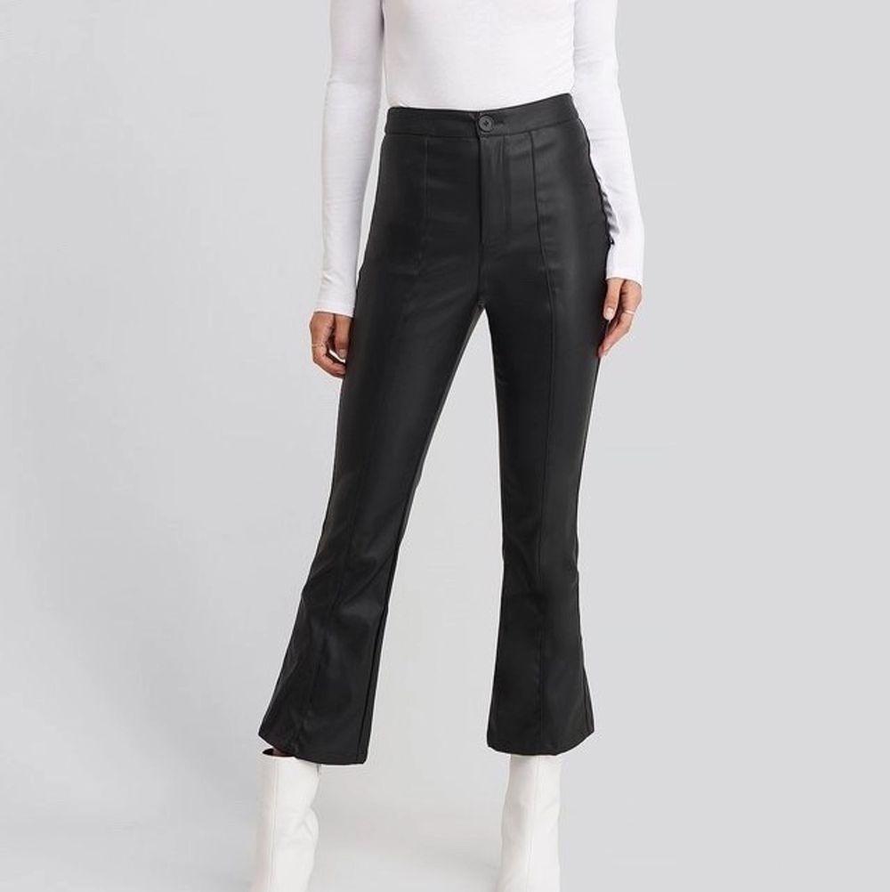 Utsvängda skinnbyxor från Hoss x NA-KD. Storlek 36. Har ett litet märke på ena benet och i midjan men inget som direkt syns när man har de på sig.. Jeans & Byxor.