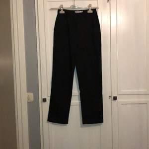 Kostymbyxor/svarta byxor från nakd. Storlek 34 men skulle mer säga 36. Högmidjade. Köpare står för frakt