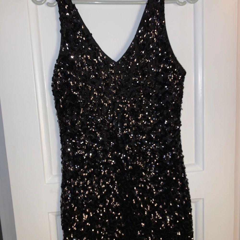 En paljettklänning som passar perfekt till nyår. Plagget är endast använt en gång och i väldigt bra skick. Bild 3 visar materialet, och den är inte alls genomskinlig. Köparen står för frakten 💞. Klänningar.