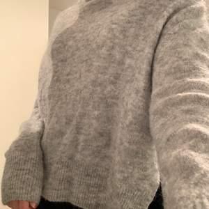 Stickad tröja från H&M, storlek xs. Materialet är lite stickig mot huden. Materialet är polyamide och acrylic ⚡️120kr, köparen står för frakten