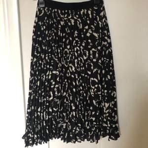 Fin plisserad kjol från Hm i snyggt mönster. Svart med beigea detaljer perfekt nu under vintern!