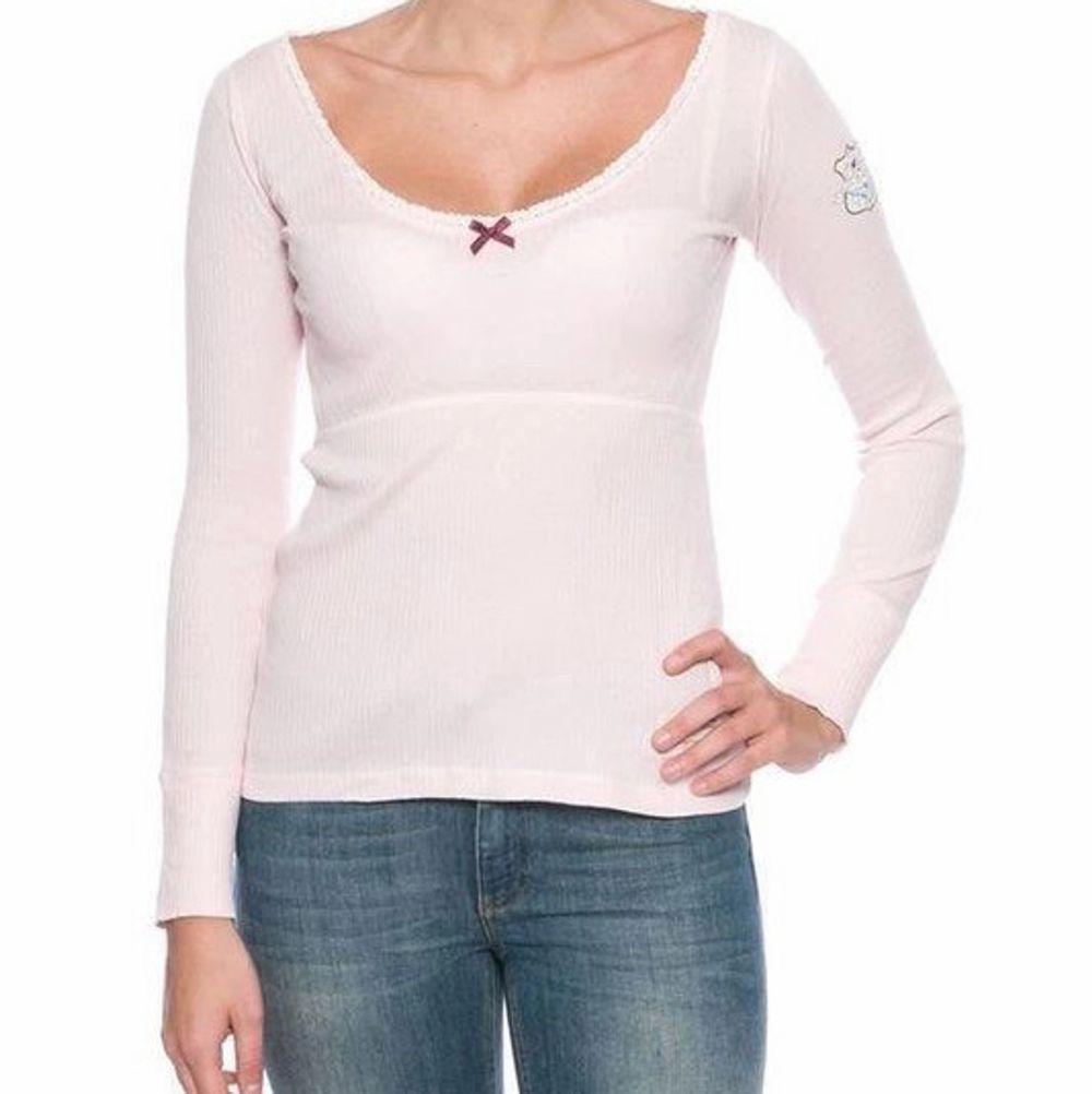 Säljer nu min odd Molly tröja i ljusrosa som är i storlek 1 som motsvarar xs/s. Den är så billiga pga att de är små hål på magen som har kommit när man har använt den innanför byxorna. Bilder på den riktiga tröjan finns om man är intresserad.. Tröjor & Koftor.