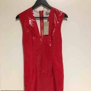 Britney Spears drömmen!Röd lackklänning från madlady, den är strl L men skulle nog säga att den passar bättre på en M men skulle även funka för en S för den är väldigt tajt. Den är endast testad, tycker att det sitter för tajt på mig. 39kr frakt