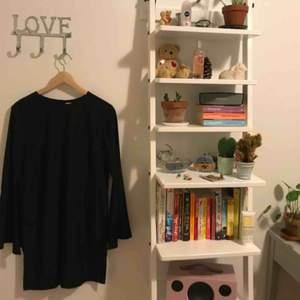 svart basic klänning med trumpetärmar från NLY TREND, endast använd en gång! 100% polyester. fraktkostnad tillkommer💃🏽
