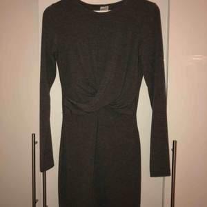 Väldigt tajt klänning, använd fåtal gånger väldigt fint skick.  Köpt för 399kr Köparen sår för frakten