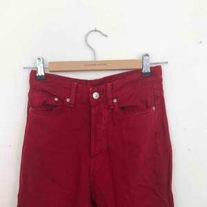 Röda jeans från hm. Sällan använda, bra skick! Finns i Malmö, kontakta mig för fler bilder.