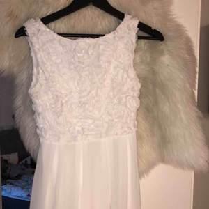 Super söt klänning!!passar perfekt till bröllop eller andra festligheter. Köpt från bubbleroom