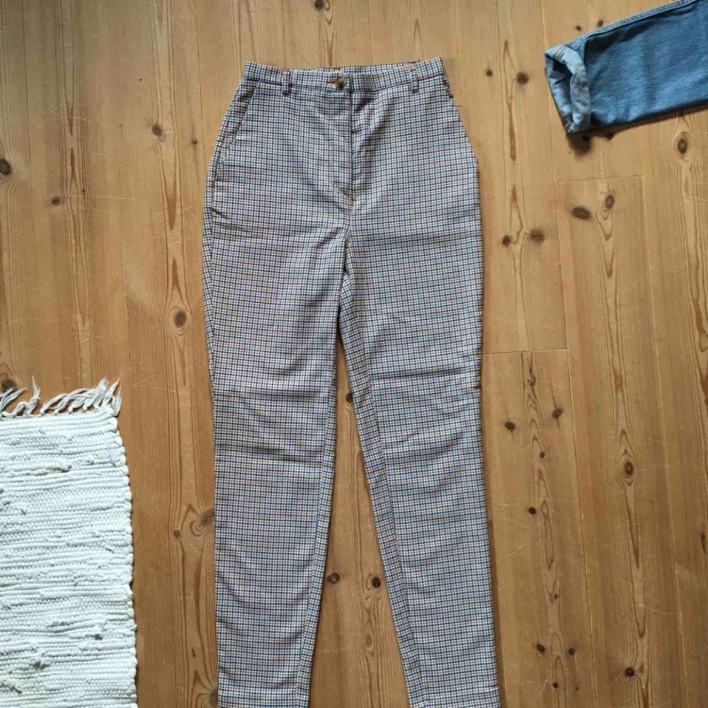 """Högmidjade byxor från Monki (""""Dressy tapered trousers"""") 🤩 använda max 2 ggr, mycket bra skick! Säljer då de tyvärr blivit för små för mig :( . Jeans & Byxor."""