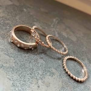 Ringar i roseguld och silvriga stenar som glittrar  Oanvända