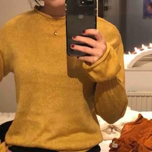 Gul stickad snygg tröja från Gina