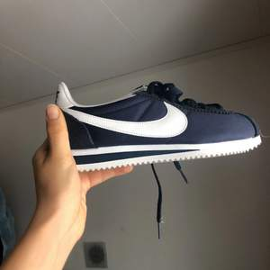 Helt oanvända marinblå Nike Cortez i strl 38.