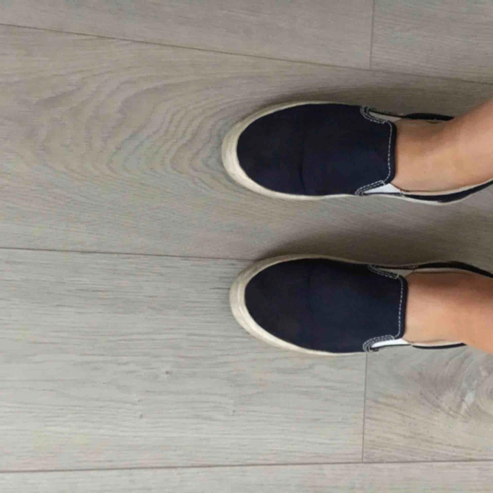 Säljer mina sköna marinblå Gant skor (ny pris 700). Frakt tillkommer🥰. Skor.