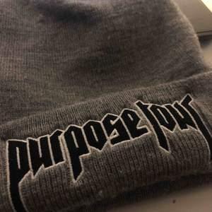 Mössa från Justin Biebers purpose tour, väldigt limited då den är köpt på en konsert. Använt runt 3 gånger då det inte riktigt är min stil. Jättefin kvalité! Frakt tillkommer annars mötas upp i Lund💘💘