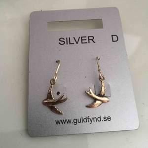 Helt oanvända örhängen som inte kommer till användning. • Köparen står för frakt!