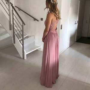Säljer nu min balklänning som jag köpte 2018 från JJ House. Passar XS/S. Färgen är dammrosa. Jag är 164 cm lång och hade 10 cm klackar till. Den är i fint skick och aldrig använd sen dess. Kemtvättad 1 gång.  Obs. Köparen står för frakt.