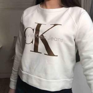 Superfin Calvin Klein tröja som är lite smått croppad 💞