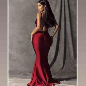 Helt ny klänning från fashionnova, så fin men kommer tyvärr inte komma till användning. Klänningen har kvar alla lappar och är aldrig använd inte ens testad då klänningen inte passar evenemanget jag skulle ha den till.  FRAKT INGÅR I PRISET
