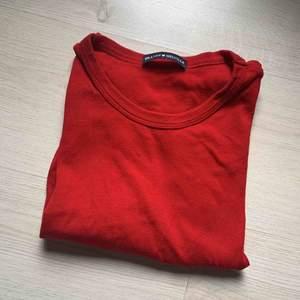 Enfärgad röd t-shirt från brandy Melville!✨  Skriv om du vill ha fler bilder!  Kan fraktas, köpare står för fraktkostnad! Kolla in mina andra annonser😌✨