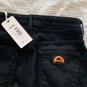 HÄMTAS TROLLHÄTTAN (fraktas ej) Nya jeans från Wrangler. Aldrig använda. Hög midja med bootcut. Sitter som ett smäck. Passar en storlek S.