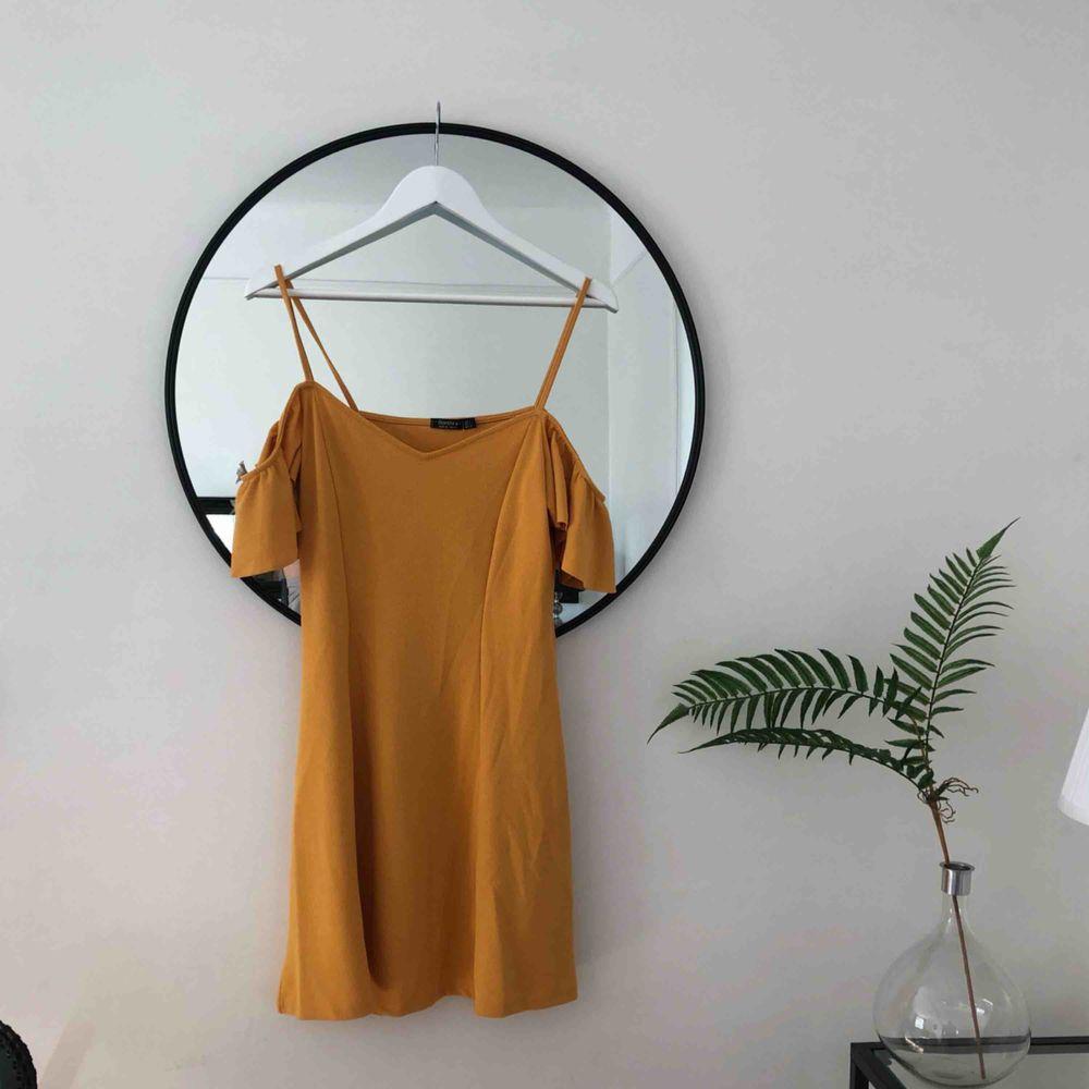 Senapsgul offshoulder klänning (med spagettiband för att hålla upp den). Köpt i New York. Strl L men passar mig jättebra som är en S/M 🌞. Klänningar.