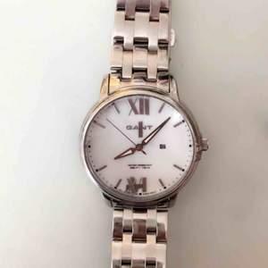 """Säljer nu min älskade GANT klocka då den bara legat i en låda. Batteriet har stannat & några av """"symbolerna"""" har lossnat därav av det så billiga priset. Annars jättefin! Diamant liknade detalj på högersida.   Köpt för ca. 2000 kr. 300 + frakt!"""