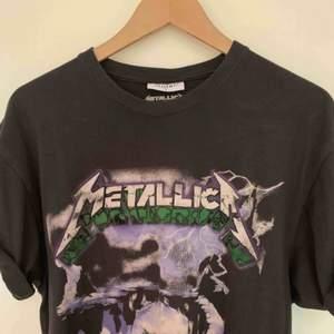 Älskad Metallica-tröja från Carlings köpt för 400kr! Den är grå och lite sliten i trycket från början - alltså inte urtvättad!  En riktig favorit som sällan kommit till användning söker nytt hem 🥰 pruta på