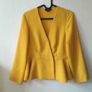 Oanvänd jätte fin gul blus från Top Shop.   Frakt ingår