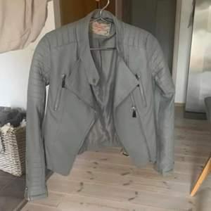 Säljer nu min skinnjacka från Chiquelle. Den är inprincip helt oanvänt, Max använt den 2-3 gånger så den är som ny. Köparen står för frakt, bara att buda!!✨✌🏼