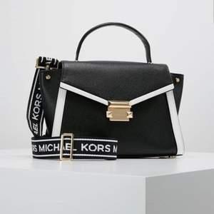 Michael kors whitney Handväska black/optic white. Köpte från Zalando för 3195 kr, säljer på grund av det kommer inte använda längre, Super fint med skick. Knappt en gång har använt. Säljer för 2600 kr.