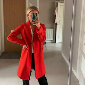 Klarröd kappa från Topshop i nyskick! Använd ett fåtal gånger och är verkligen hur fin som helst, tyvärr kommer den inte tillräckligt mycket till användning. Storlek 34.