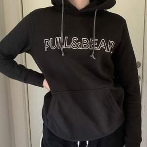Skön och snygg hoodie från Pull&Bear. Sparsamt använd och i bra skick. Storlek XS men passar XS-M skulle jag säga. Köparen får betala frakten, 88kr.