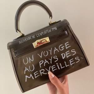 Snygg väska med fransk text på, använd några gånger men den är i bra skick!