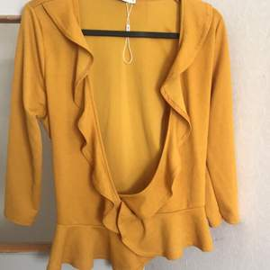 En somrig gul blus/topp från Nelly denna säljer jag för 149kr och köparen står för frakt!!💓