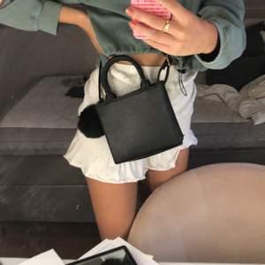 En så söt liten väska från PullnBear, tror jag... Använd fåtal gånger. Kan användas som på bilden men har även små korta handtag.