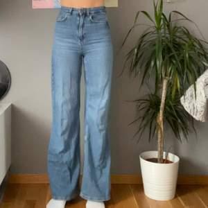 Snygga wideleg jeans, med en superfin färg. Sitter som en smäck för någon som är lång och smal. Jag är 173cm och de är perfekta i längden, dock så sitter de för tajt på mig i midjan.